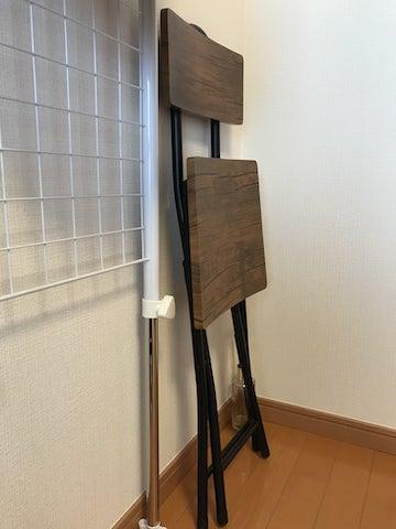 畳んだ折りたたみ椅子を横から見た図